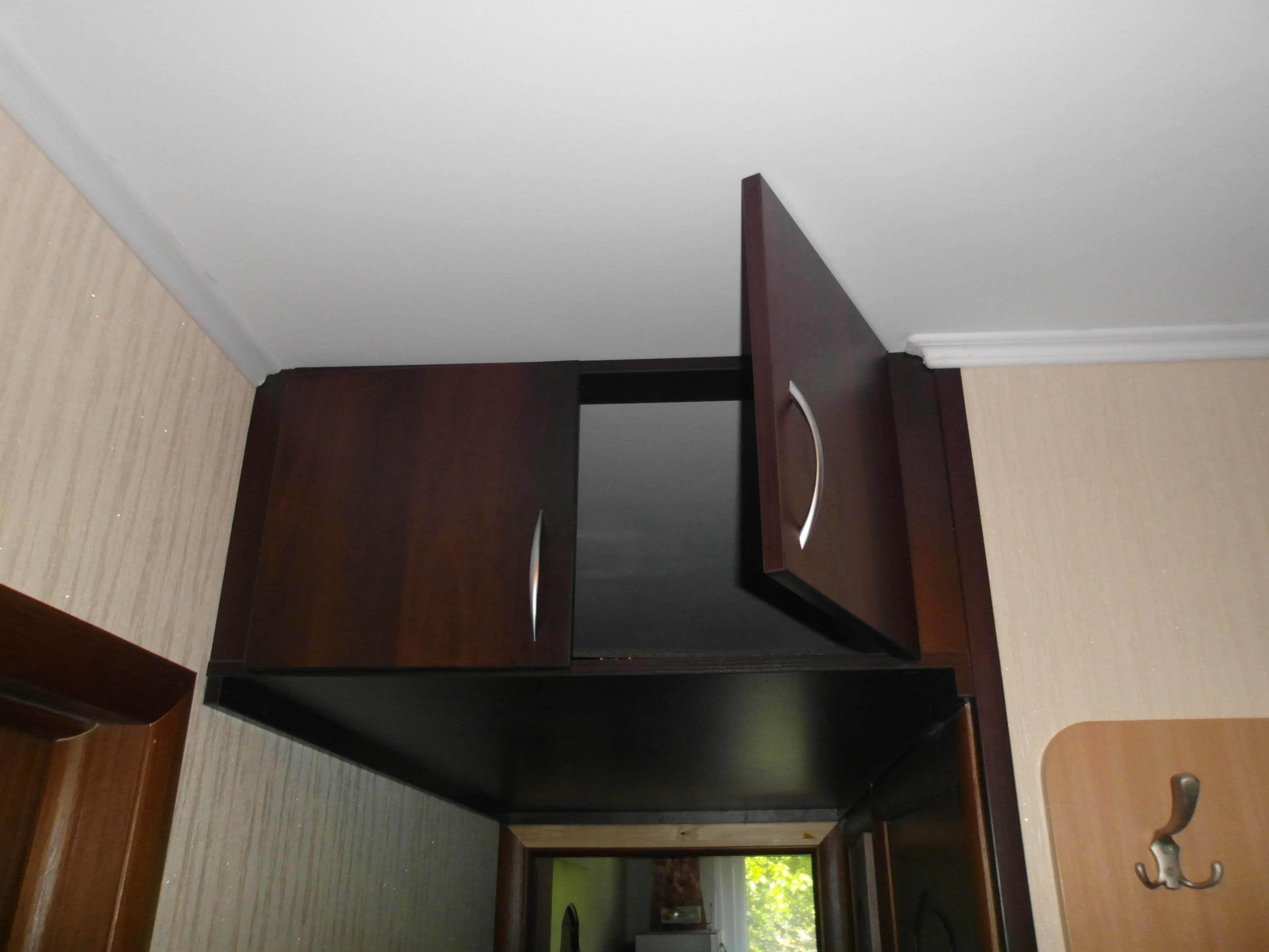 Антресоль в прихожей под потолком: 19 фото в интерьере + вид.