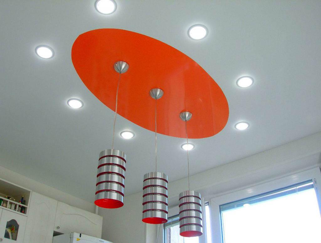 1510842126 ovalnyj potolok na kuhne 1024x778 - Популярные схемы расположения светильников